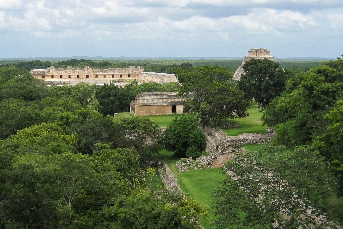 Der Palacio del Gobernador (Palast des Gouverneurs) ist 100 Meter lang, steht auf einem künstlichen Sockel und kann über 11 Türen betreten werden, Uxmal, Mexiko - © Jessy / franks-travelbox.com