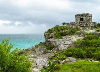 Der Tempel des Windes in Tulum wurde unmittelbar am Meer auf einer halbrunden Plattform errichtet und diente vermutlich der Anbetung des Windes, Yucatan, Mexiko - © Jessy / franks-travelbox