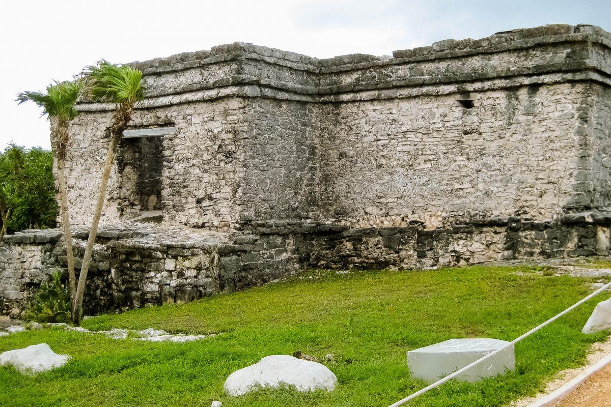 Die größeren, gemauerten Bauten in der Mayastadt Tulum sind teilweise noch sehr gut erhalten; aus Denkmalschutzgründen sind allerdings nicht alle für Touristen zugänglich, Mexiko - © Jessy / franks-travelbox