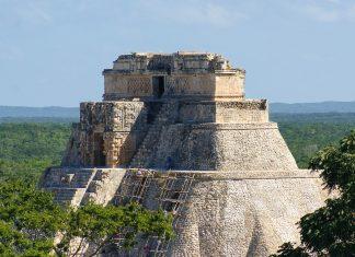 Die Pyrámide del Adivino (Pyramide des Zauberers; der 45 Meter hohe kegelförmige Steinkomplex weist im Gegensatz zu vielen anderen Maya-Bauten abgerundete Ecken auf, Uxmal, Mexiko - © Sakko / Fotolia