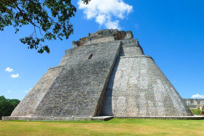 DIe Pyrámide del Adivino (Pyramide des Zauberers) in Uxmal ist 45 Meter hoch und weist im Gegensatz zu vielen anderen Maya-Bauten abgerundete Ecken auf, Mexiko - © Wolfgang Bürkle / Fotolia
