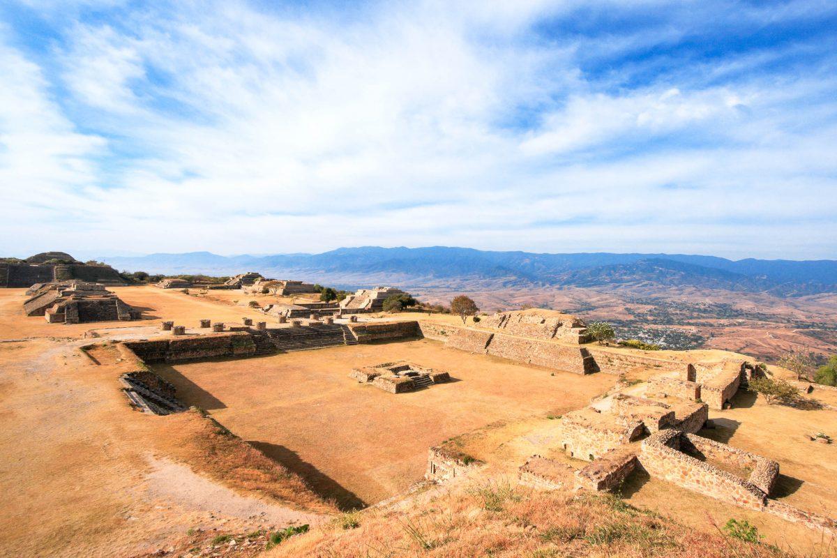 Die Ruinen von Monte Alban befinden sich auf einem Hochplateau mitten in der Bergkette der Sierra Madre del Sur auf etwa 2000 Meter Seehöhe, Mexiko - © Dmitry Rukhlenko / Fotolia