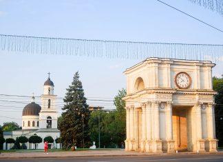 Die Kathedrale der Geburt des Herrn und der 13m hohe Triumphbogen in Chişinău, Moldawien - © nyiragongo / Fotolia