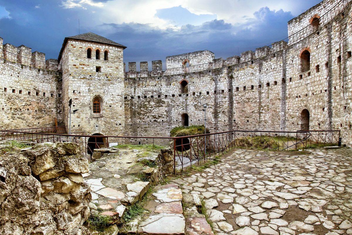 Die Zitadelle von Soroca wurde in einem 30m messenden perfekten Kreis aus mächtigen Mauern errichtet, die durch fünf Wehrtürme noch verstärkt wurden, Moldawien - © Saenco Andrei / Shutterstock