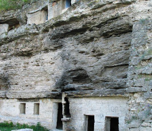 In den spektakulären Schluchten in der Umgebung von Tipova, Moldawien, ist das Felsenkloster Uspenski aus dem 6. Jahrhundert die größte Attraktion - © Vaganych CC BY-SA 3.0/Wiki