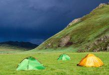 Campen unter stürmischem Himmel im Orkhon-Tal in der Mongolei - © Pierre-Jean Durieu/Shutterstock