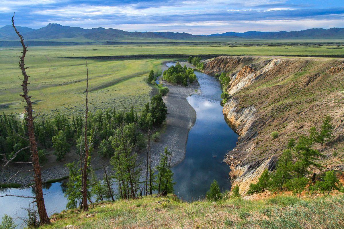 Der Fluss Orkhon im gleichnamigen Tal im Herzen der Mongolei war einst Machtzentrum des Landes - © Pierre-Jean Durieu/Shutterstock