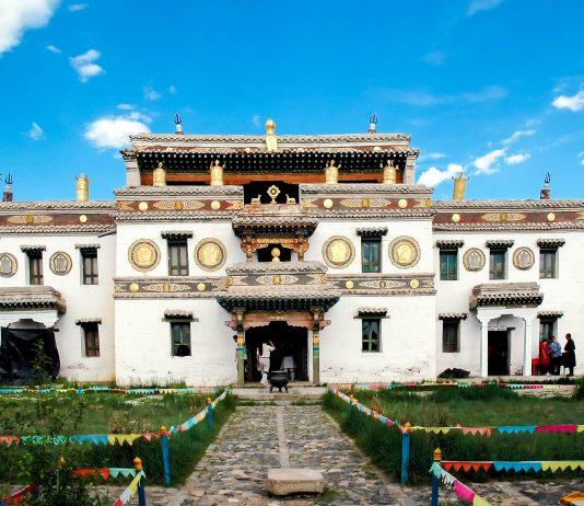 Der Laviran-Tempel in der Klosteranlage Erdene Zuu, Mongolei - © Louise Cukrov / Shutterstock