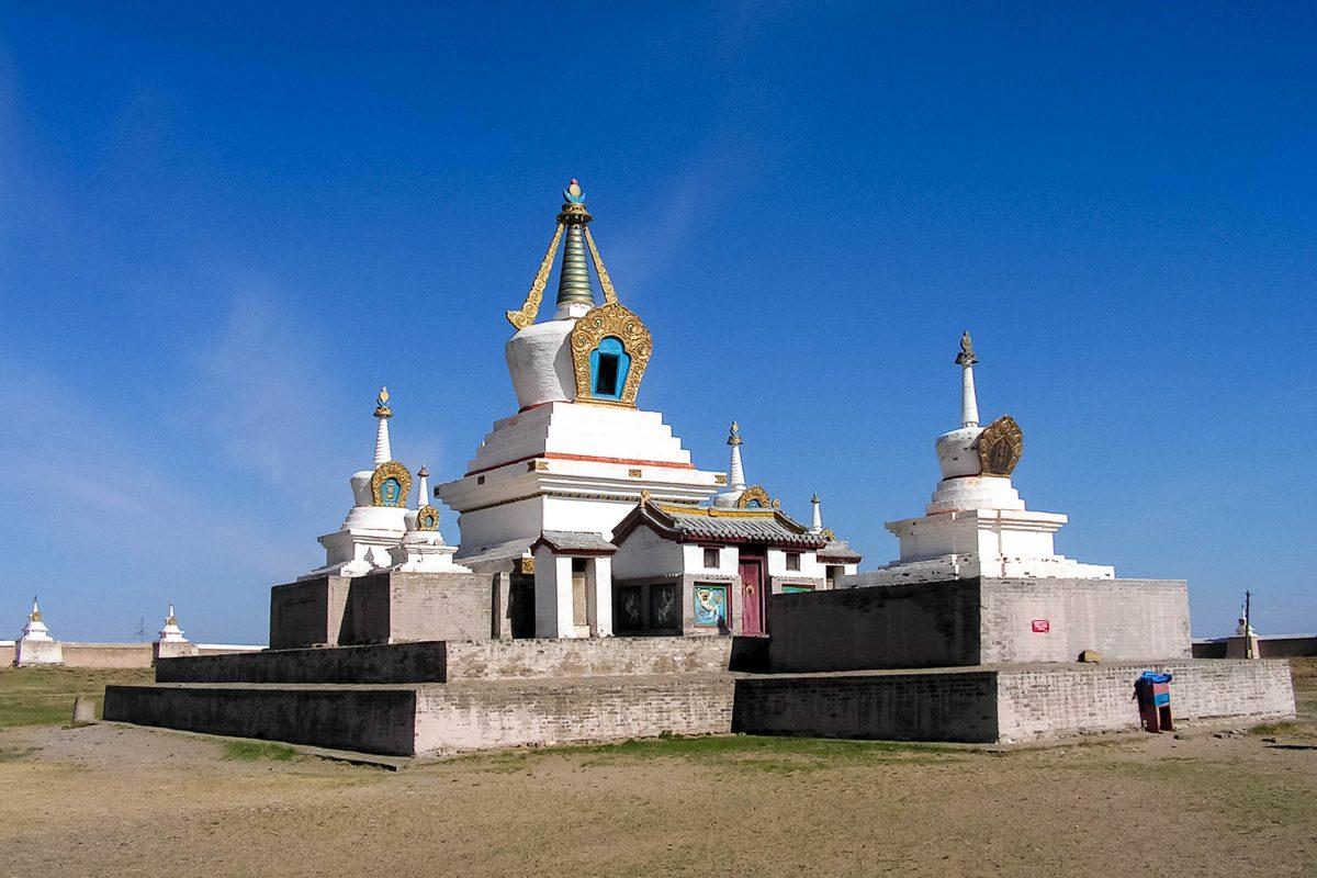 Die Goldene Stupa im Kloster Erdene Zuu ist dem Dalai Lama gewidmet und mit 13m die höchste Stupa der Mongolei - © E. Pals / Shutterstock
