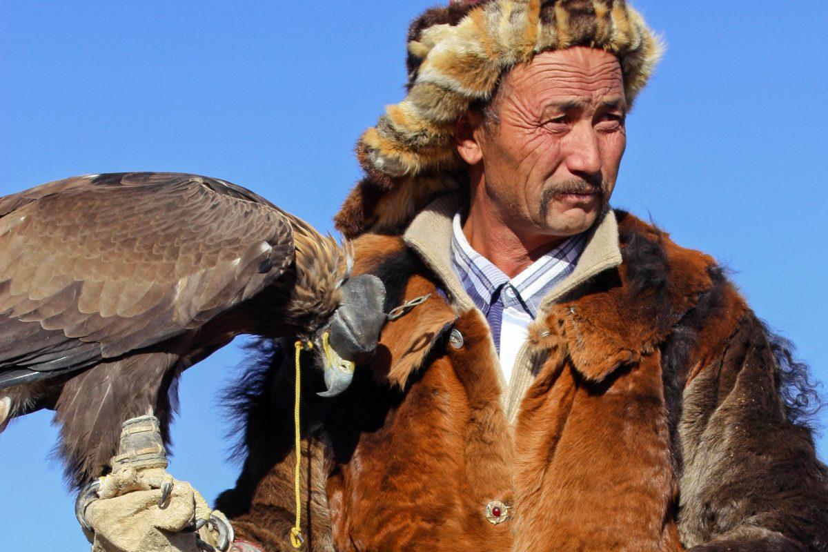 Die prächtigsten Gewänder von Männern, Frauen und Kindern und das am schönsten geschmückte Pferd werden beim Golden Eagle Festival gekürt, Mongolei - © Tomas1111 / Shutterstock