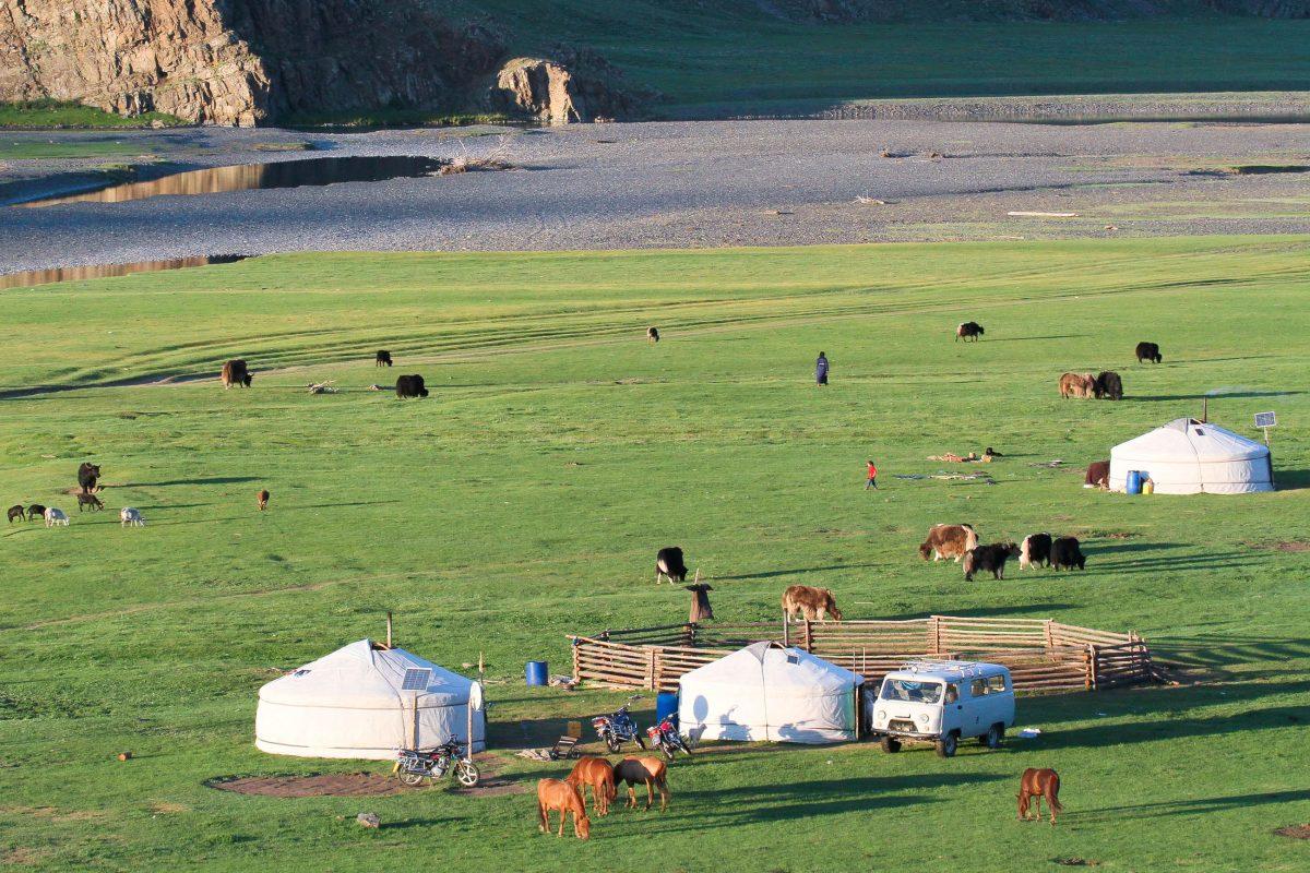 Ein kleines Dorf aus Yurten im Orkhon-Tal in der Mongolei - © Pierre-Jean Durieu/Shutterstock