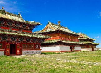 Von den 62 Tempeln der einst prächtigen Anlage Erdene Zuu sind heute nur noch wenige Gebäude erhalten, Mongolei - © Allocricetulus / Shutterstock