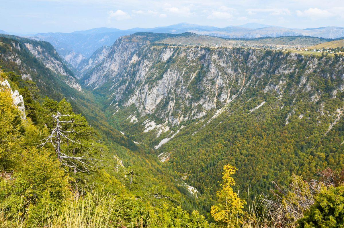 Auf einer Fläche von knapp 400km2 umfasst der Durmitor Nationalpark spektakuläre Schluchten, saphirblaue Bergseen und 48 schroffe 2000er, Montenegro - © FRASHO / franks-travelbox