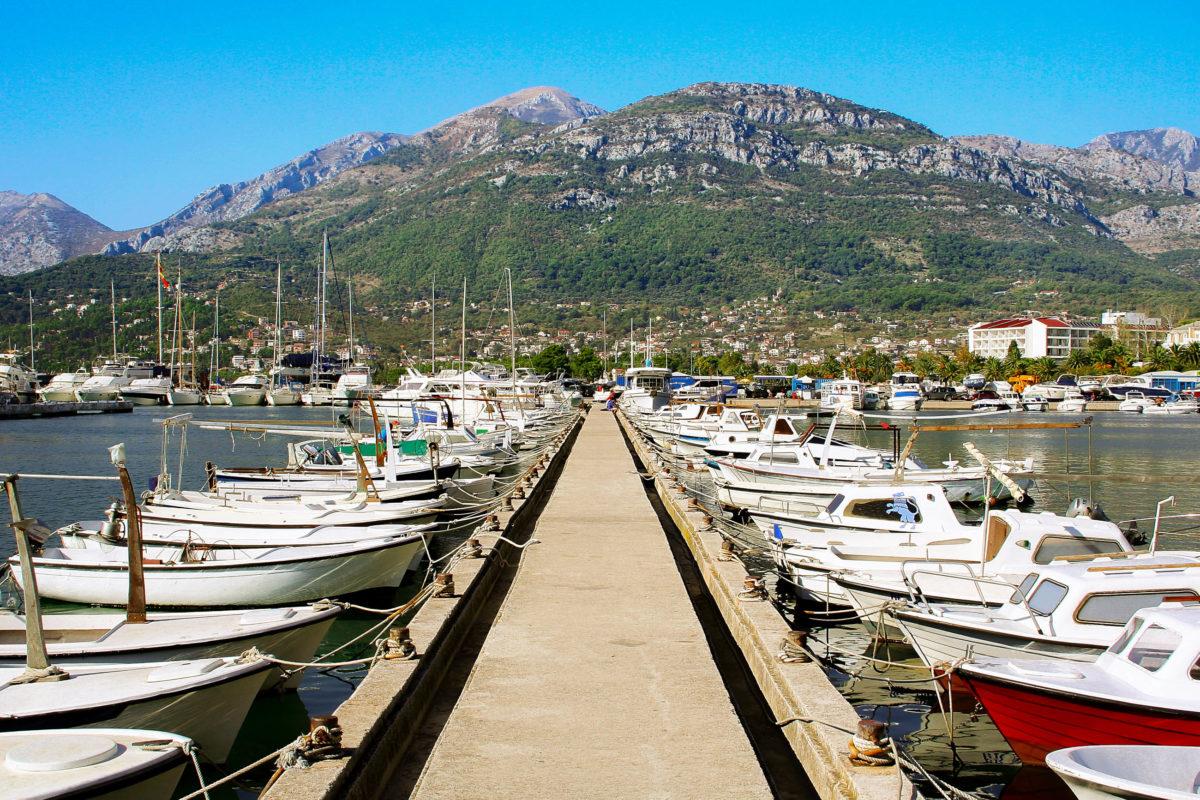 Der eindrucksvolle Tiefseehafen von Bar im Süden Montenegros mit seinen imposanten Yachten und den kleinen bunten Fischerbooten ist einen Spaziergang wert - © Mirumur / Shutterstock