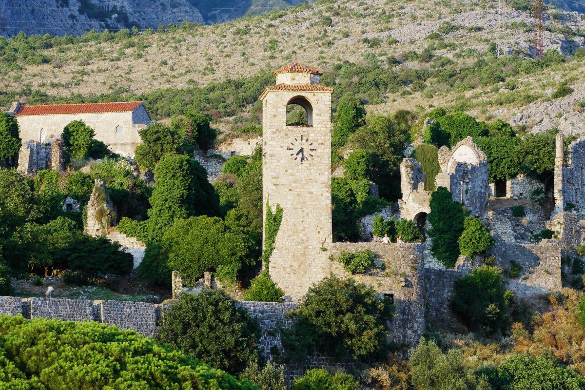 Der Uhrenturm im Süden von Stari Bar, dahinter die Kirche Sveti Ivan aus dem 15. Jahrhundert, Montenegro - © ollirg / Shutterstock
