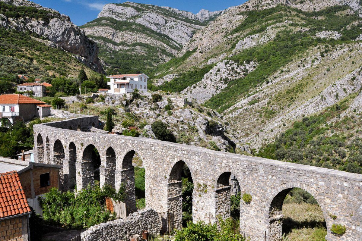 Die unglaublich stabile Bauweise der türkischen Baumeister, die das Aquädukt in Stari Bar bis heute erhalten haben, erstaunt die Ingenieure noch heute, Montenegro - © Martin Tomanek/Shutterstock