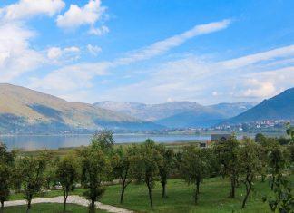 Blick auf den Bergsee Plavsko im Nationalpark Prokletije; rechts im Hintergrund die Ortschaft Plav, Montenegro - © FRASHO / franks-travelbox