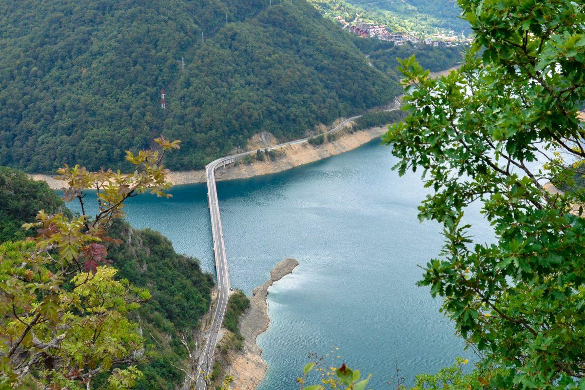 Blick auf die Brücke über den Piva-Stausee bei der Kleinstadt Plužine, Montenegro - © FRASHO / franks-travelbox