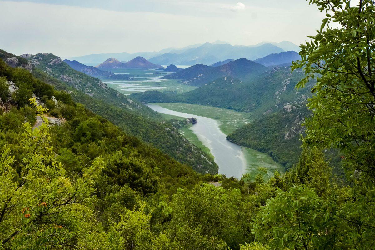 Blick auf die die märchenhafte Landschaft des Rijeka Crnojevića im Nordwesten des Skadar-Sees, Montenegro - © FRASHO / franks-travelbox