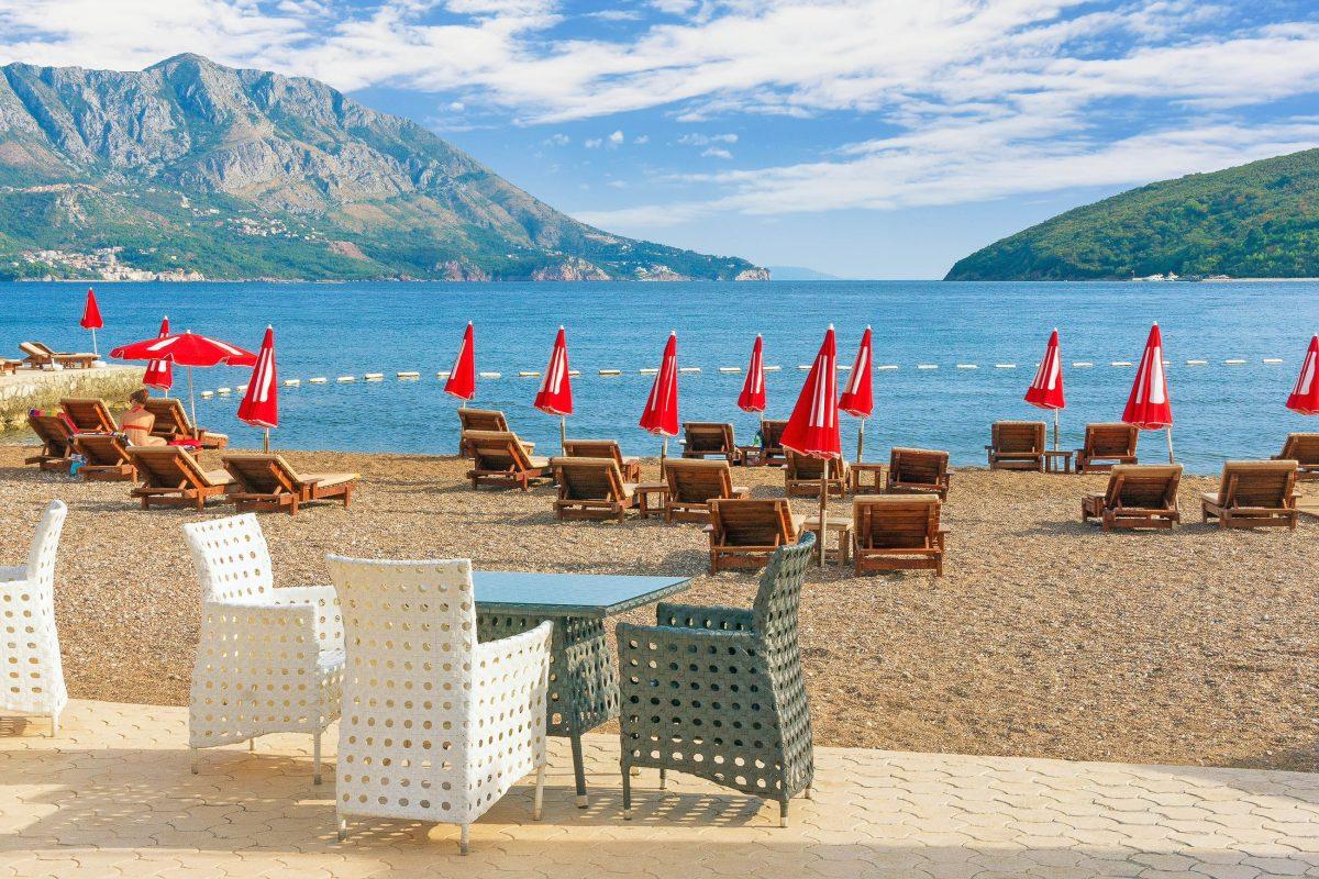 Auf dem knapp 2km langen Slovenska plaža in Budva, Montenegro, gibt es mit zahlreichen Strandbars, Spielhallen und Autodrom alles, was das Urlauberherz begehrt - © Olga Ilinich / Shutterstock