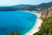 Budva im Süden Montenegros liegt inmitten einer Reihe von traumhaften Stränden und Buchten, hier der berühmte Strand Jaz - © Pawel Kazmierczak/Shutterstock