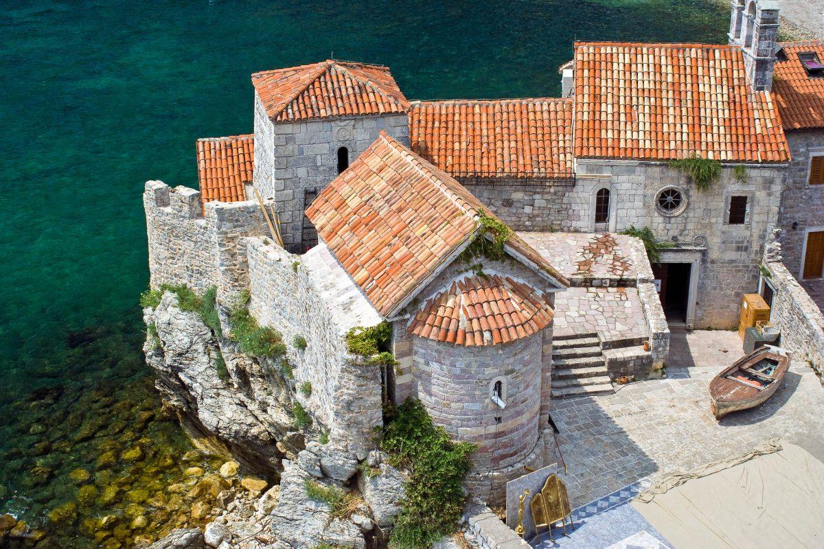 Die beiden kleinen Kirchen Sveti Sava und Sveti Marija in Punta in der Altstadt von Budva bilden ein malerisches Ensemble, Montenegro - © Meryll / Shutterstock