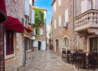 Die engen Gassen der Altstadt von Budva sind vor allem in der Hauptsaison selten so verlassen, Montenegro - © Phant / Shutterstock