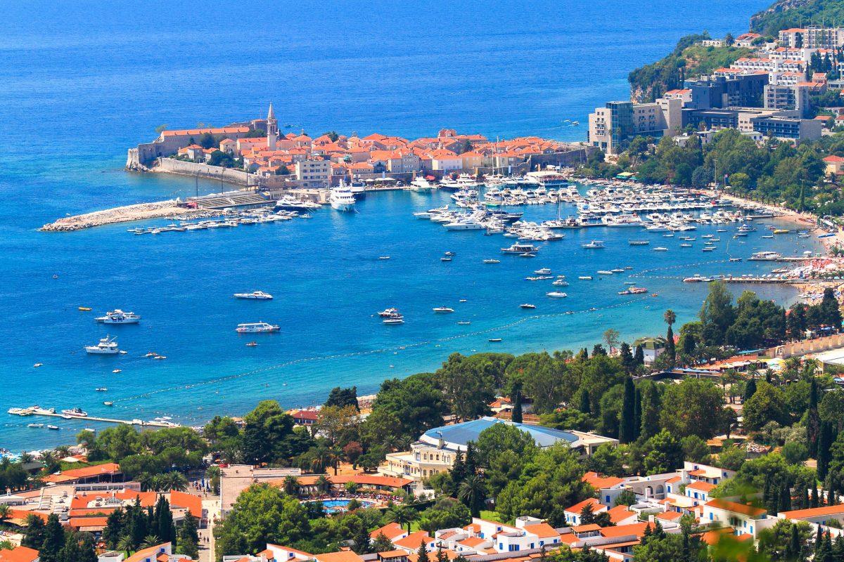 Die malerische Stadt Budva an der Adriaküste im Süden Montenegros zeigt sich bereits bei der Anfahrt über die Passstraße von ihrer schönsten Seite - © Florin Stana / Shutterstock