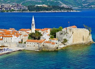 Die Stadtmauern von Budva stammen aus dem Mittelalter und wurden von den Byzantinern, Veneziern und Österreichern angelegt, Montenegro - © Kiev.Victor / Shutterstock