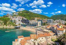 Die Wasserqualität am Strand Mogren in Budva wurde mit der Blauen Flagge ausgezeichnet, Montenegro - © S-F / Shutterstock