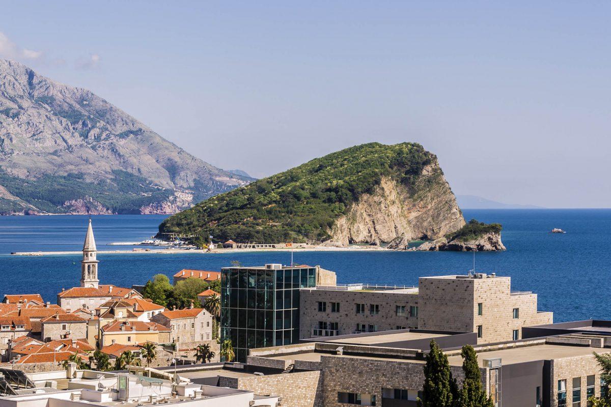 Nur einen Kilometer von Budva entfernt ragt die Felseninsel Sveti Nikola aus dem Mittelmeer, Montenegro - © Kiev.Victor / Shutterstock