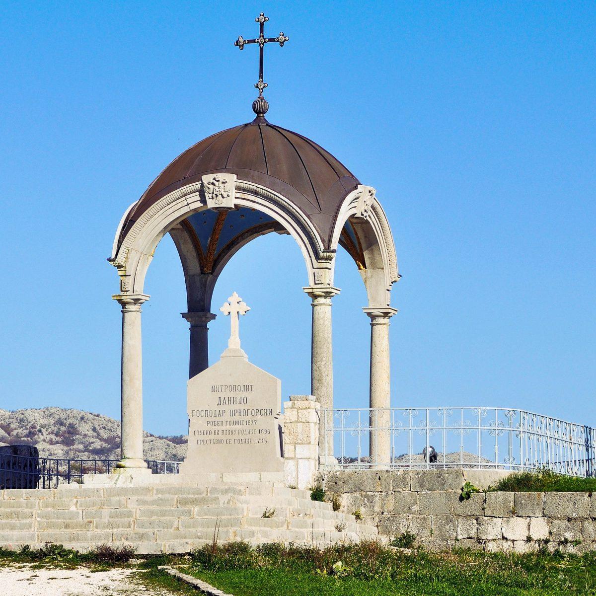 Das Mausoleum von Danilo I. Petrović wurde dem Begründers der Petrović-Dynastie von Prinzessin Jelena im frühen 19. Jahrhundert errichtet - © Madrugada Verde / Shutterstock