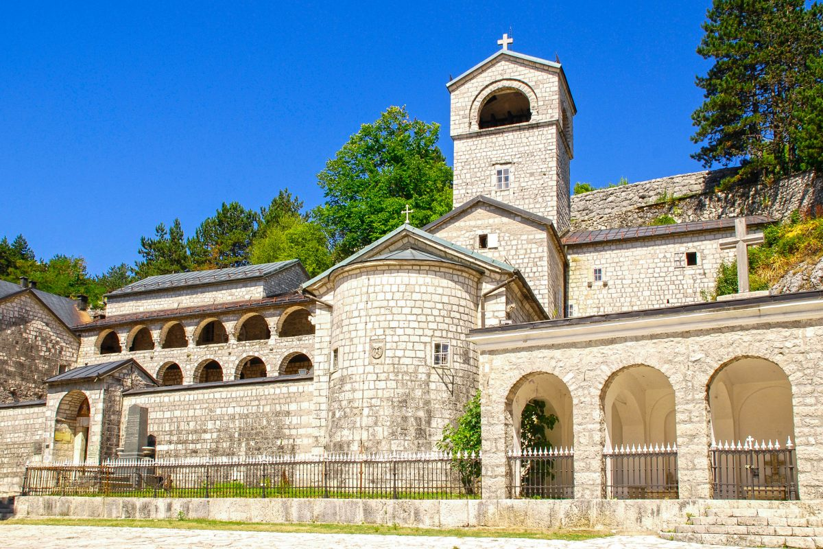 Das orthodoxe Kloster von Cetinje war hunderte von Jahren lang das spirituelle Zentrum Montenegros - © InnaFelker / Shutterstock
