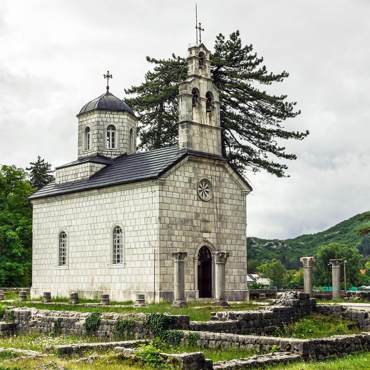 Die Crkva Rođena Bogorodice in Cetinje ist die letzte Ruhestätte von König Nikola I., seiner Frau Milena und dem Stadtgründers Ivan Crnojević, Montenegro - © Vlada Z / Shutterstock