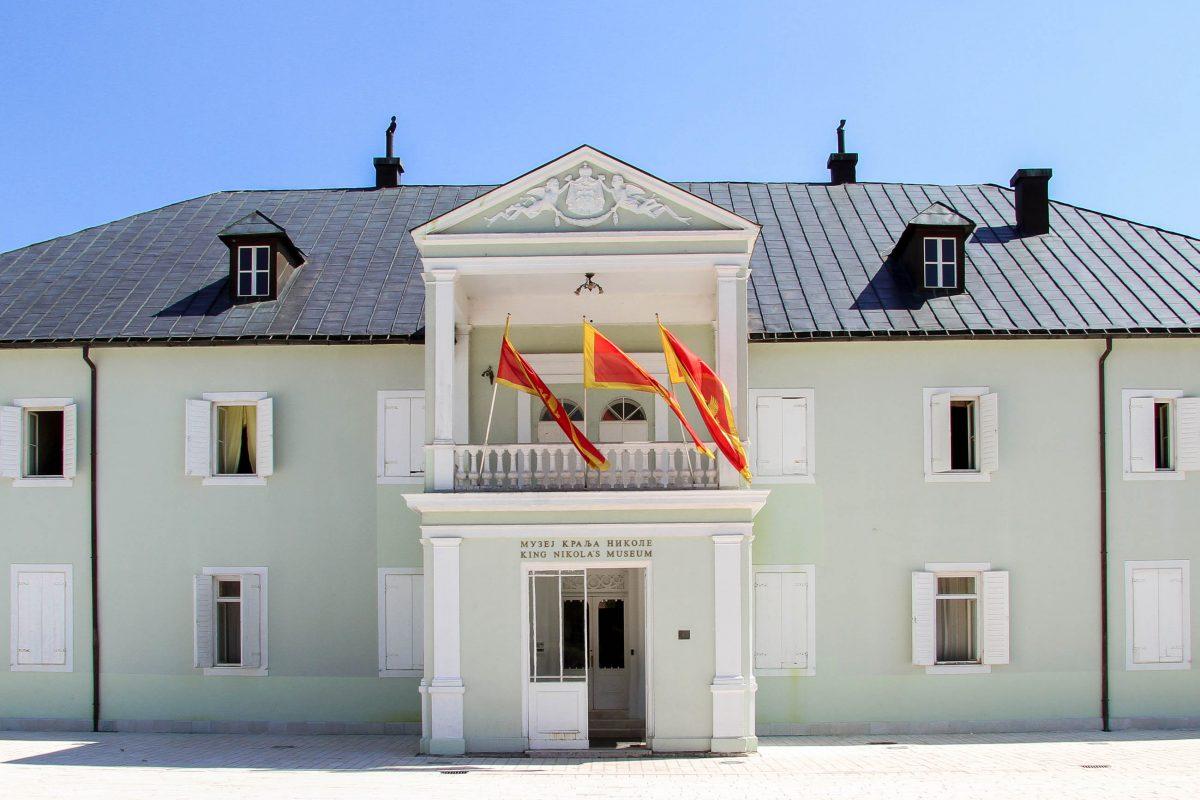 Die geschmackvoll eingerichteten Räume hinter der bescheidenen Fassade des Palastes von König Nikola in Cetinje beherbergen das Nationalmuseum von Montenegro - © Valery Shanin / Shutterstock
