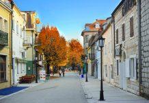 In Cetinje ist das royale Flair der einstigen Königshauptstadt Montenegros heute noch zu spüren - © joyfull / Shutterstock