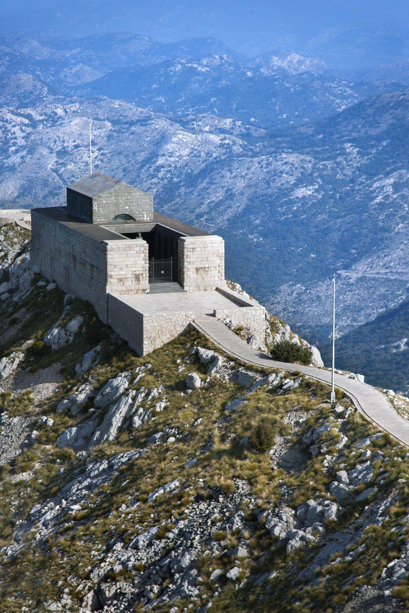 Das Njegoš-Mausoleum mit seinen spektakulären Skulpturen wurde vom kroatischen Künstler Ivan Mestrovic nach vierjähriger Bauzeit 1974 fertiggestellt, Montenegro - © ddsign / Shutterstock