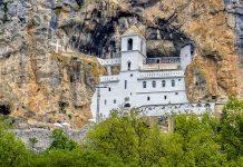 Das serbisch-orthodoxe Felsenkloster Ostrog ist die wichtigste Pilgerstätte in Montenegro und eine der meistbesuchten der gesamten Balkan-Region - © Kiev.Victor / Shutterstock