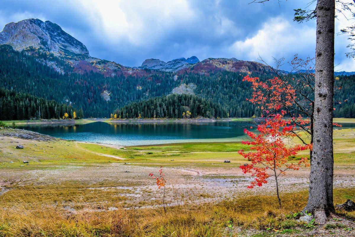 Der Crno Jezero im berühmten Durmitor Nationalpark in Montenegro ist das ganze Jahr über ein lohnendes Ziel von Ausflügen und Wanderungen - © AleksandarMilutinovic / Shutterstock