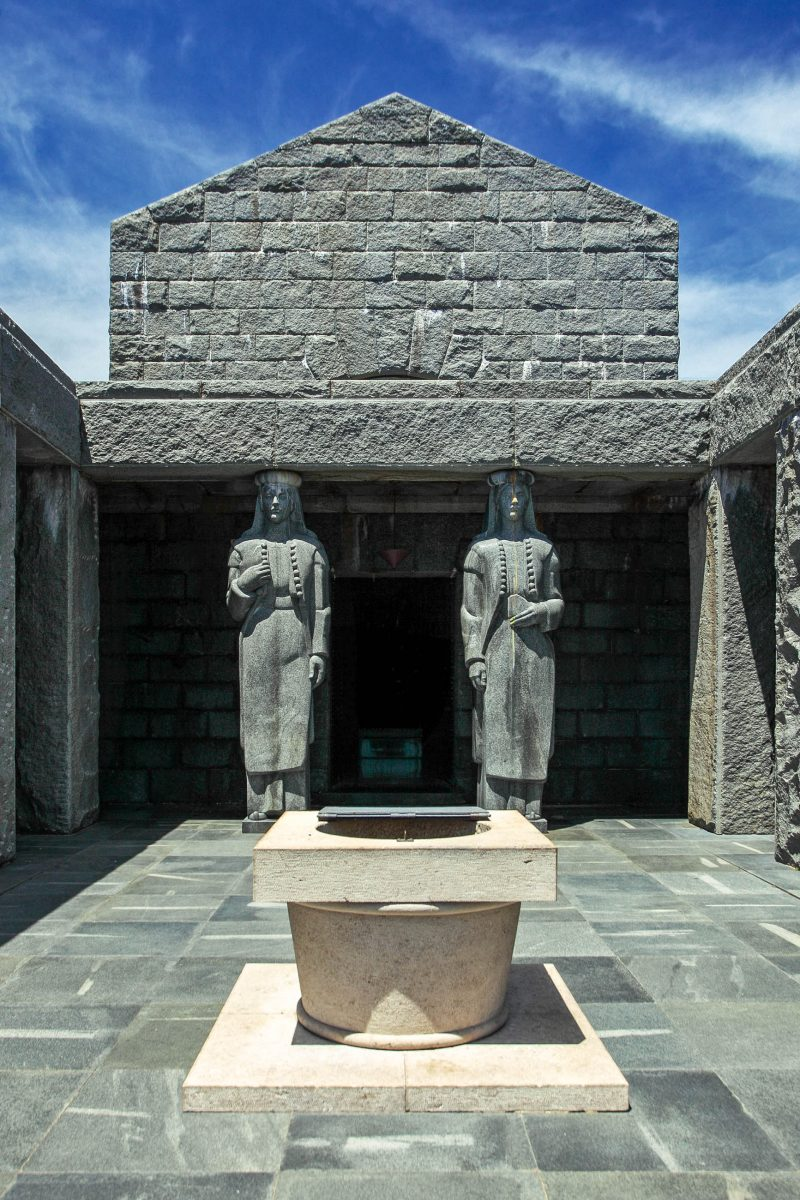 Der Eingang in das Njegoš-Mausoleum wird von zwei weiblichen Figuren in montenegrinischer Tracht flankiert, Montenegro - © Zsolt Biczo / Shutterstock