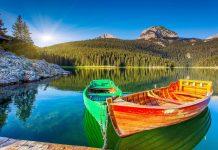 """Der malerische Crno jezero, zu deutsch """"Schwarzer See"""", ist der größte der 18 Gletscherseen im Durmitor Nationalpark in Montenegro - © Creative Travel Projects / Shutterstock"""