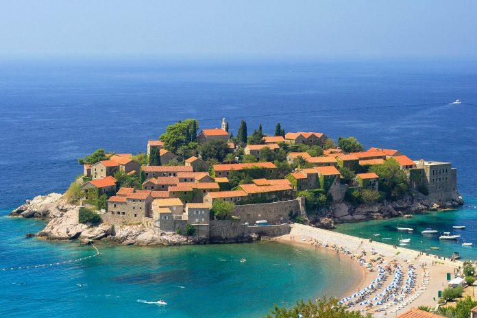 Die Ferieninsel Sveti Stefan  umfasst eine Fläche von knapp eineinhalb Hektar und ist durch einen kurzen, malerischen Damm mit dem Festland verbunden, Montenegro - © Santi Rodriguez / Shutterstock