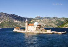 Die Gospa od Škrpjela ist eine Kircheninsel vor dem Küstenstädtchen Perast und liegt in der malerischen Bucht von Kotor, Montenegro - © ivanovskyy / Shutterstock