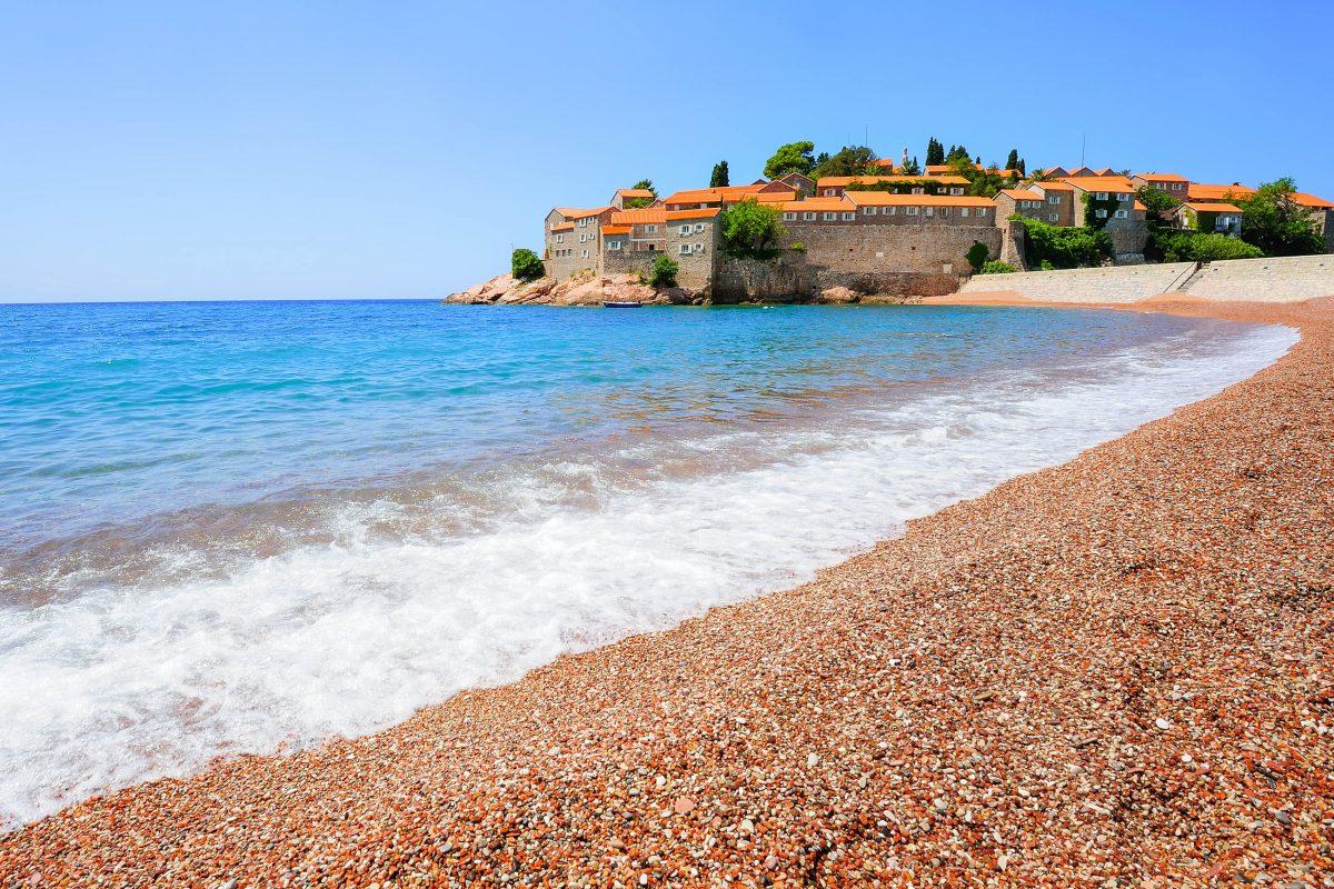 Die luxuriöse Ferieninsel Sveti Stefan vor der Küste von Budva in Montenegro - © Kert / Shutterstock