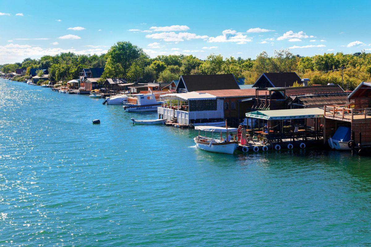 Die Restaurants von Ada Bojana sind entlang der beiden Flussarme direkt am Wasser gebaut und locken mit fangfrischen Köstlichkeiten, Montenegro - © photosmatic / Shutterstock