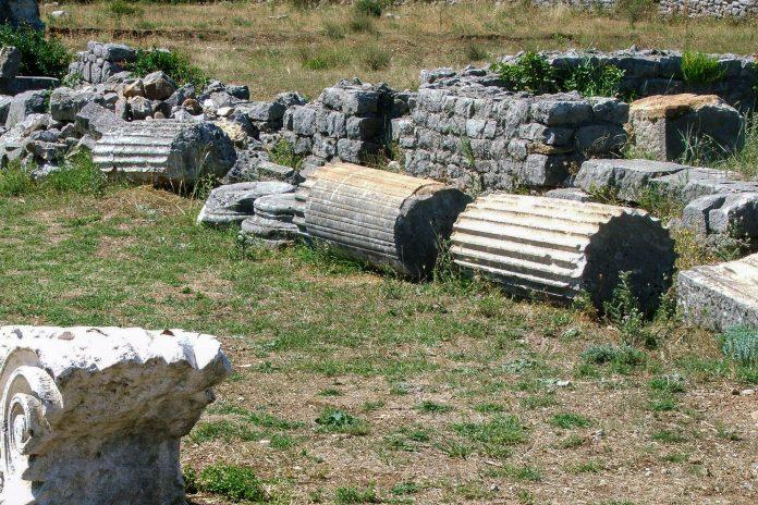 Die Ruinen von Duklija, einer altrömischen Siedlung in Montenegro, sind teilweise noch in sehr gutem Zustand, wirken jedoch wie willkürlich auf der Wiese verstreut - © Vuksan Pejovic / Shutterstock