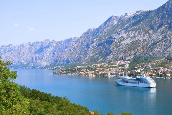 Ein Kreuzfahrtschiff in der Bucht von Kotor, Montenegro - © FRASHO / franks-travelbox