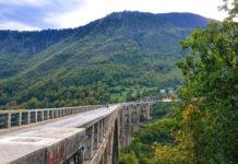 Eine Möglichkeit die Tara-Schlucht zu erblicken ist die Tara-Brücke; sie wurde im Jahr 1941 erbaut und spannt sich in bis zu 150 Metern Höhe über die Tara-Schlucht, Montenegro - © FRASHO / franks-travelbox
