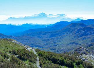 Fantastischer Blick vom Jezerski Vrh, dem mit 1.655m zweithöchsten Gipfel des Lovćen-Nationalparks in Montenegro; die Berge im Hintergund liegen teilweise schon in Albanien - © FRASHO / franks-travelbox