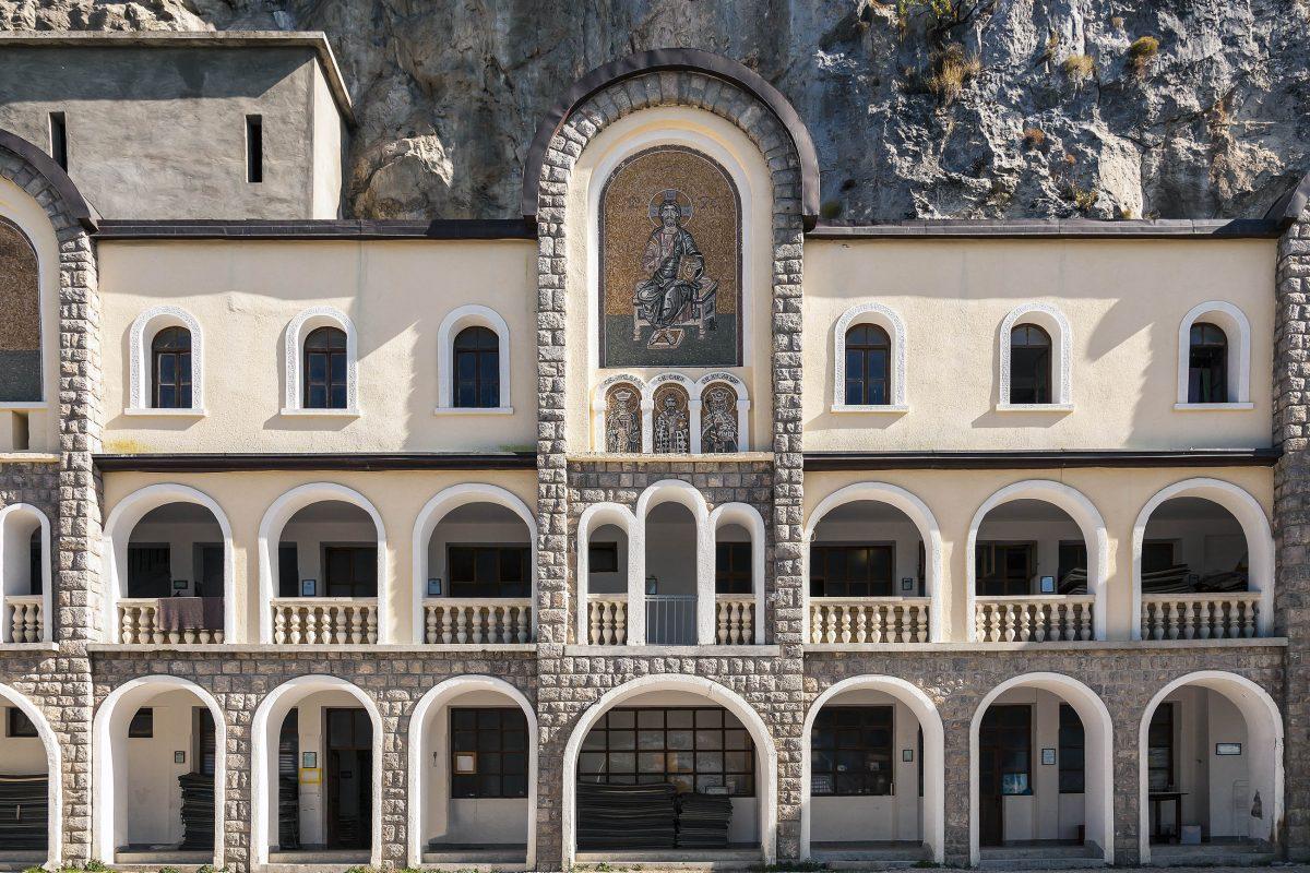 Gründer Vasilija Jovanovic ist im Felsenkloster Ostrog allgegenwärtig, sein Leichnam ist Ziel von Pilgern aus aller Welt, Montenegro - © IGOR ROGOZHNIKOV/Shutterstock